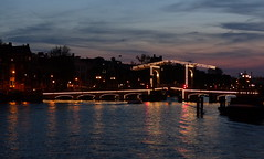 Brückenbeleuchtung- Bridge illumination (Anke knipst) Tags: amsterdam holland niederlande netherlands reflection lights bridge brücke reflexion evening abend magerebrug sonnenuntergang sunset