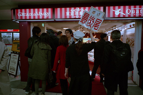JR東京駅 東京洋菓子館 最後尾札のある行列