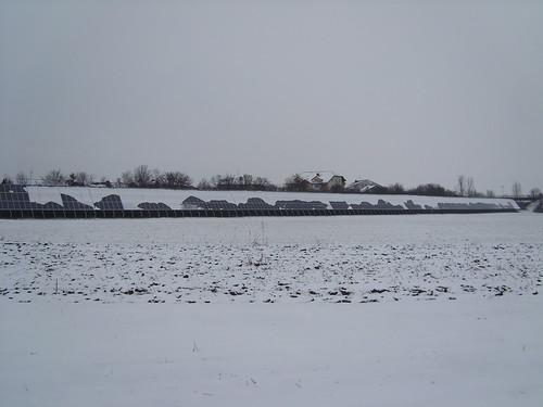 Lärmschutzwand mit Phototvoltaik und Schnee