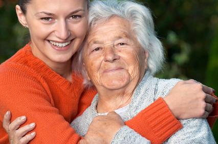 Hija abranzado a su madre mayor