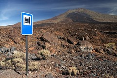 Please take a photo here! (Axel_) Tags: brown sign island lava photo nationalpark spain europa europe foto cam kanaren insel schild marker braun viewpoint teide teneriffa canaryislands kamera spanien dunkel vulcano teneriffe verkehrsschild vulkan picodelteide hinweisschild 50d eos50d lavafeld motivklingel