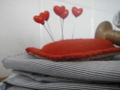 Alfinetes de coração (super_ziper) Tags: pink flowers red flores diy pin heart handmade flor rosa craft super pins vermelho pincushion coracao tutorial pap tuto ziper alfinete alfinetes alfineteiro superziper