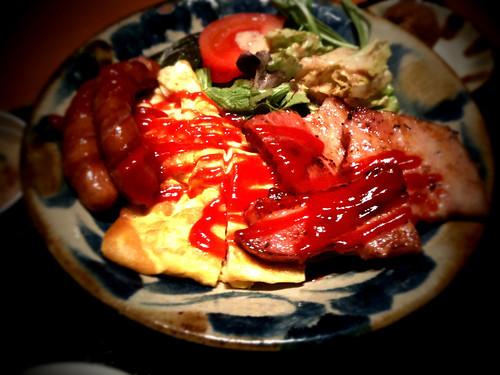 沖縄料理屋でベーコンと卵焼き定食。