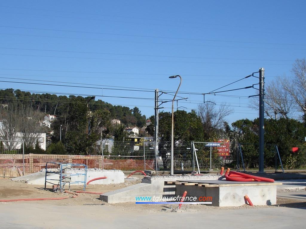 Socles des piles en béton des futurs escaliers de la passerelle pour les voyageurs empruntant les trains TER en gare de La Penne sur la ligne Marseille - Aubagne en Région Provence-Alpes-Côte d'Azur