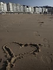 Cuando el tuyo ya no te responde, no est de ms probar con otros.. (..Clauu) Tags: beach san heart playa corazon calor huellas sebastin