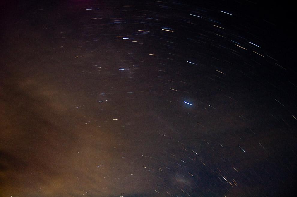 Estrellas y nubes en el cielo de San Pedro de la noche del miércoles santo, las estrellas dejan una estela debido a la larga exposición (10 minutos) de la fotografía. (San Pedro, Paraguay - Elton Núñez)