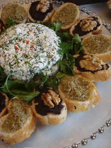 Zeytin Ezmeli Ekmekler ve Lor Salatası