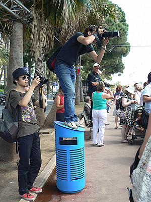 photographe sur une poubelle.jpg