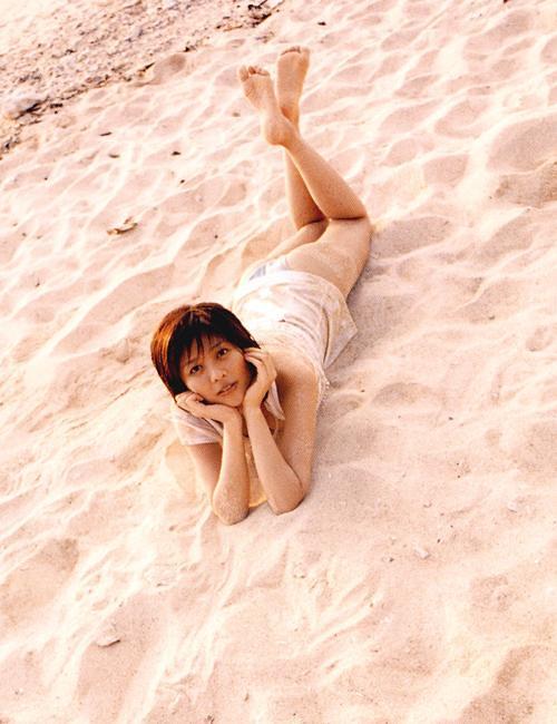 浜辺で寝っころがる白石美帆