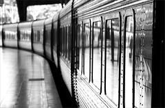 Le dernier Talgo à Paris (bNat!) Tags: barcelona light bw white black blanco luz station train reflections tren blackwhite spain 4 negro bcn platform catalonia bn estacion catalunya blacknwhite blanc negre cataluña reflejos llum blanconegro talgo reflexes anden estacio plateforme blancnegre estaciodefrança estaciondefrancia andana pasajerosaltren viscabarcelona ilovebcn ultimopasajero viscabcn lastpassenger eltrendemitjanit derniertalgoàparis lasttalgoinparis ultimotalgoaparigi ultimotalgoaparis primerasortidaamblacanon primerasalidaconlacanond traientapassejarlajoguinanova sacandoapasearelnuevojuguete ultimpassatger dernierpassager