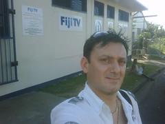 Ivan davanti agli uffici di Sky Pacific