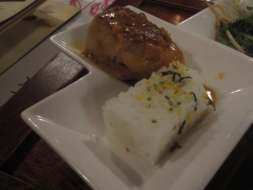 Poulet farci au cari thaï, pressé de riz jasmin, sauce satay