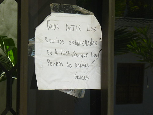 PEGAN CARTEL EN VENTANA DE RESIDENCIA