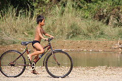 Laos (fuerst) Tags: travel holiday bicycle southeastasia sdostasien child urlaub kind laos fahrrad vangvieng reise canoneos1000d
