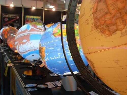 katharine娃娃 拍攝的 4地球儀。