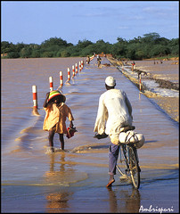 164-A ke me mojo. (Ambrispuri) Tags: africa road portrait man rio river child carretera flood retrato inundacion bicicleta tribal cycle nio hombre burkinafaso ambrispuri
