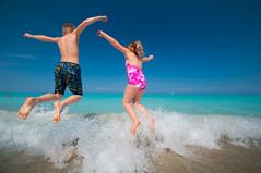 [フリー画像] [人物写真] [子供ポートレイト] [外国の子供] [後ろ姿] [水着] [跳ぶ/ジャンプ]     [フリー素材]