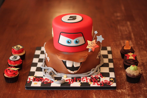 Cars inspired cake with matching cuppies