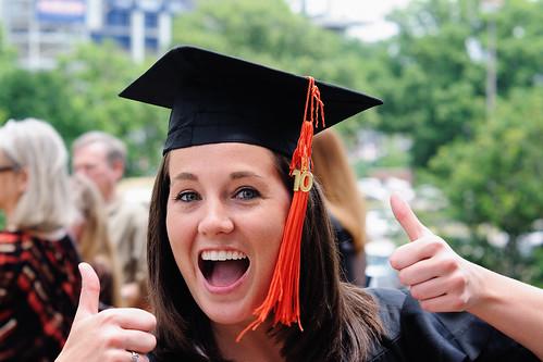 Mulher conquistando diploma de ensino superior!