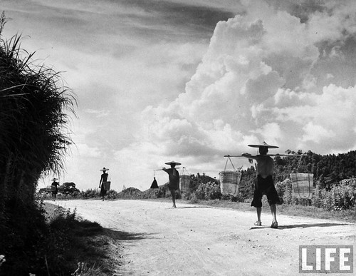 Dong Dang 1948 - Chinese peasants walking back to China.