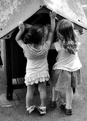 jeux de filles (lachaisetriste) Tags: blackandwhite bw paris noiretblanc jardin montmartre nb enfant fille jeux d700