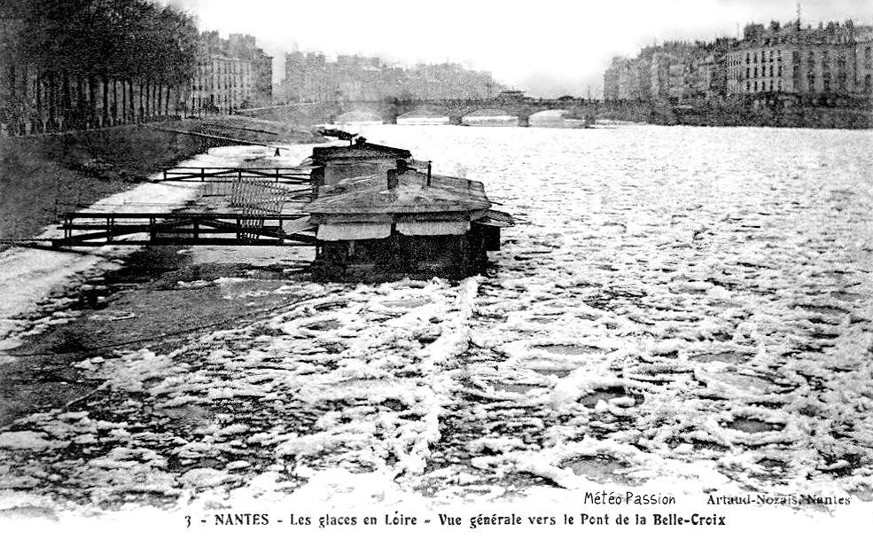 bateaux-lavoirs dans les glaces sur la Loire gelée à Nantes en janvier 1914