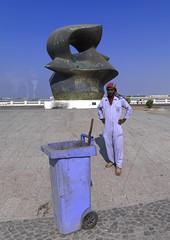 Does he imagine the price of this Henri Moore sculpture? Saudi Arabia (Eric Lafforgue) Tags: art arabic corniche arabia jeddah saudiarabia ksa henrimoore saudiarabien arabie arabiasaudita kingdomofsaudiarabia   arabiesaoudite   suudiarabistan arabsaudi   saoediarabi arabiasaudyjska    ksa0977