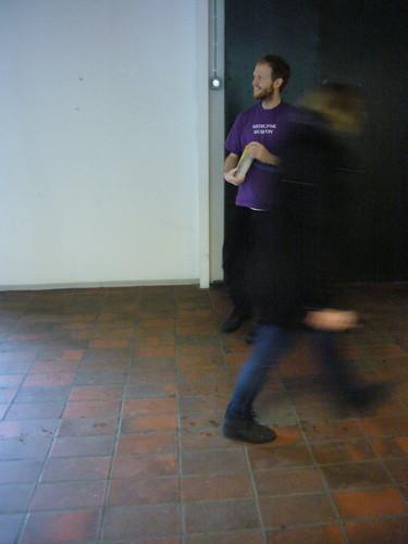 Her er der Lasse der uddeler flyers til de studerende på KUA - natuligvis i Museions karakteristiske lilla t-shirt