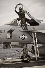 Canopy cleaning ([ neu ]) Tags: usa dogs us d air navy super clean wash crew hornet f18 canopy uss dwight eisenhower fa18e cvn69 pukin cvw7 vfa143