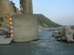 圖七、橋基至少刷深7公尺以上,極可能步上后豐斷橋出人命之後塵 。