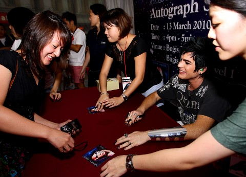 ADAM LAMBERT AUTOGRAPH SESSION__8