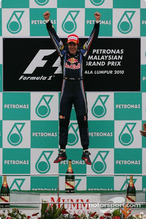 Vettel saltando en el podio del GP de Malasia 2010.