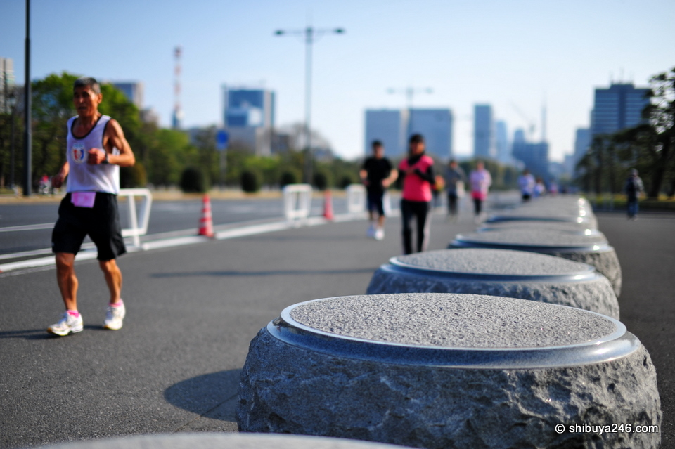 The track around the Imperial Palace is popular for runners all day long. On weekends with good weather it is particularly busy.