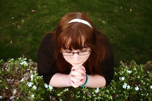 [フリー画像] 人物, 女性, 眼鏡・メガネ, 祈る, 201004190900