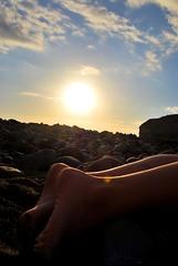 Minipies (Mariano Rupérez) Tags: grancanaria azul mar canarias arena cielo pies ocaso horizonte piedras piernas veneguera