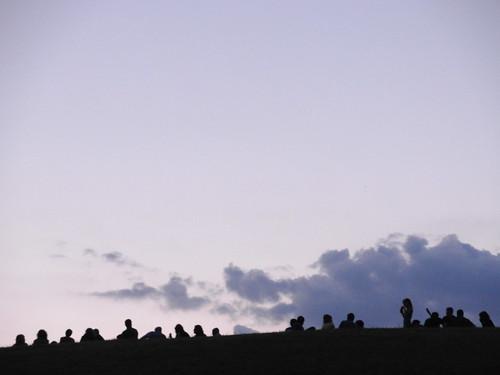 perfil de una teta con gente encima