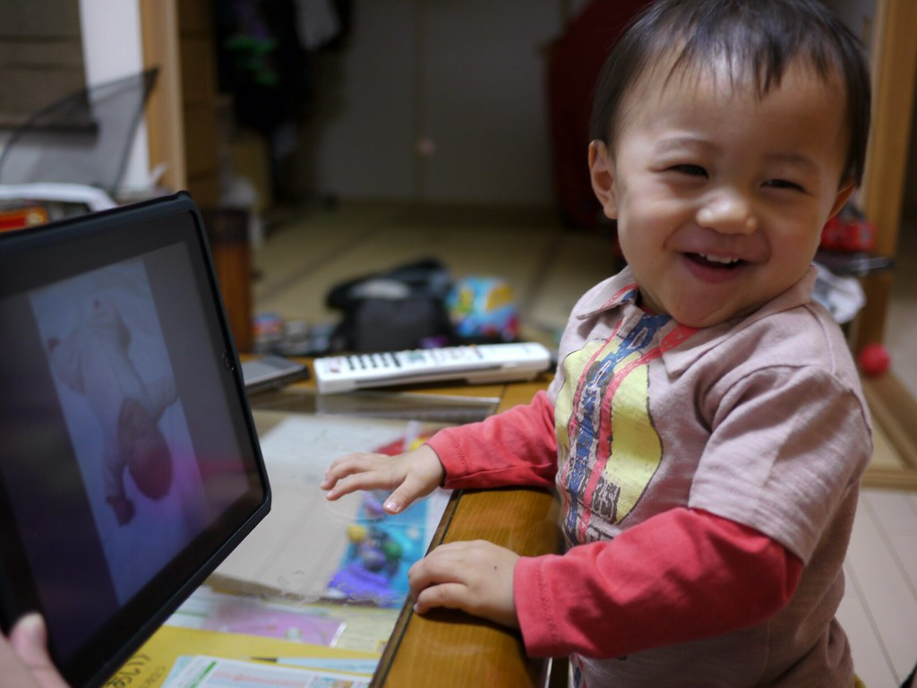 A baby touched iPad and laughed 2