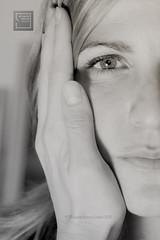 191.- seguridad (lucia meler maura) Tags: bw selfportrait blancoynegro autoretrato el estudio bn mano 365 cuarto seguridad 2010 oscuro animo selfportarit cario blackandwithe alivio 365project