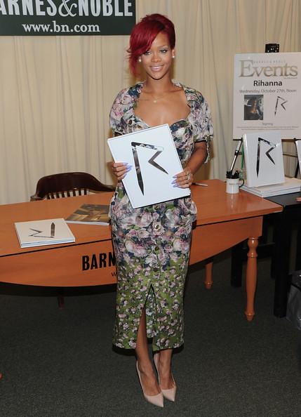 Rihanna+Signs+Copies+Rihanna+C3vhJs4C6_hl