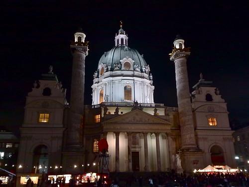 Karlskirche bei Nacht, Christkindlmarkt davor