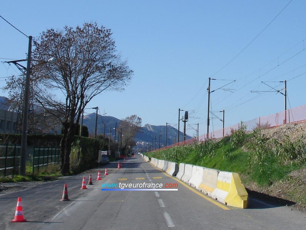 Pendant ces travaux, la circulation est à sens unique sur la route longeant la voie ferrée d'Aubagne à La Penne-sur-Huveaune.