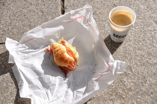 Kaffe og croissant med skinke