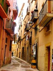 (William Akamine) Tags: street windows españa building calle spain small terraces narrow carrer tarragona
