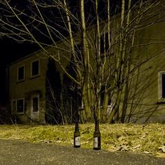 Weeze II (jpk.) Tags: haus bier gras flughafen asphalt baum flasche mrz strauch fassade 2010 weeze nachts abends gehweg veltins kopka geisterstadt leerstehend janphilip janphilipkopka japhiko
