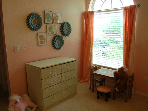 stenciled dresser & paper sihouettes por craftynest.