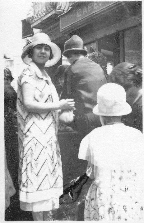 Jóvenes de Toledo ante el Café Español. Años 20. Fotografía de Eduardo Butragueño Bueno