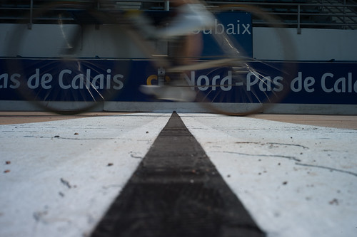 The 2010 Paris-Roubaix reaches the velodrome. Photo: tetedelacourse