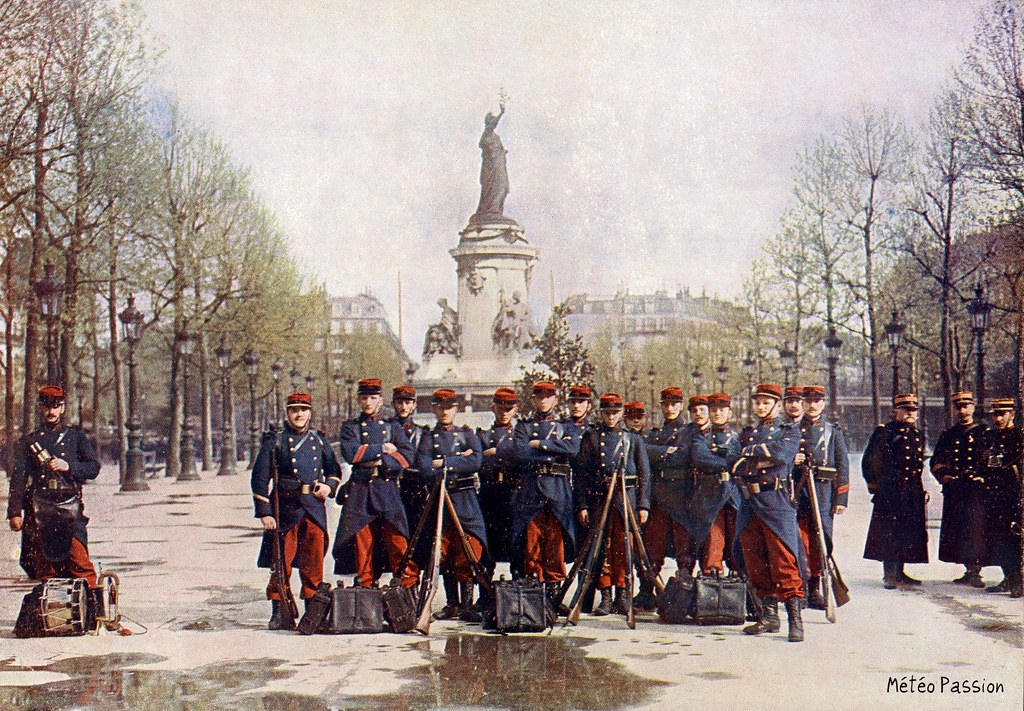 photo couleur de soldats de la troupe place de la République à Paris, le 1er mai 1907