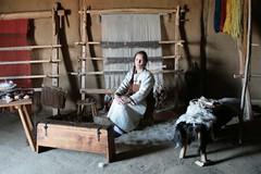 Hallveig (Michaela Kafai) im Haus des Tuchhändlers in Haithabu (Wikinger Museum) - Museumsfreifläche Wikinger Museum Haithabu WHH 19-04-2009