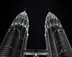 [フリー画像] 建築・建造物, 高層ビル, 夜景, マレーシア, ペトロナスツインタワー, 201005101300